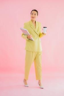 Het gebruik computerlaptop van portret mooie jonge aziatische bedrijfsvrouw op kleur