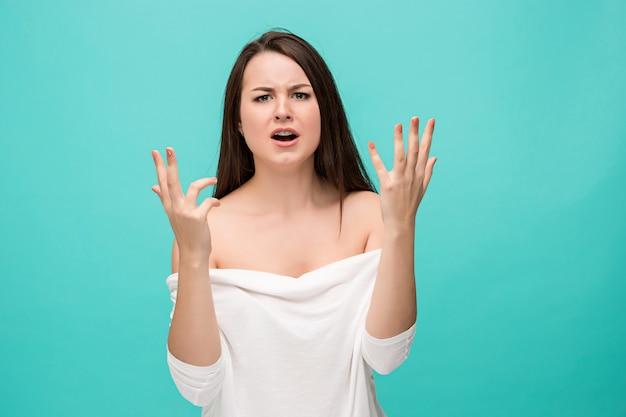 Het gefrustreerde jonge vrouw stellen op blauw