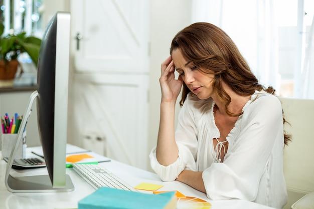 Het gefrustreerde onderneemster ontspannen bij bureau