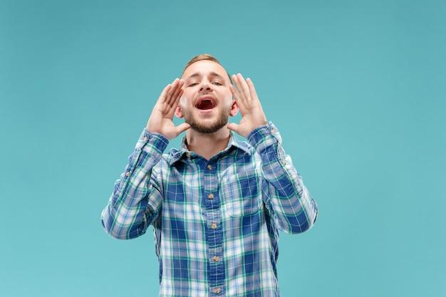 Het geïsoleerde jonge toevallige mens schreeuwen Gratis Foto