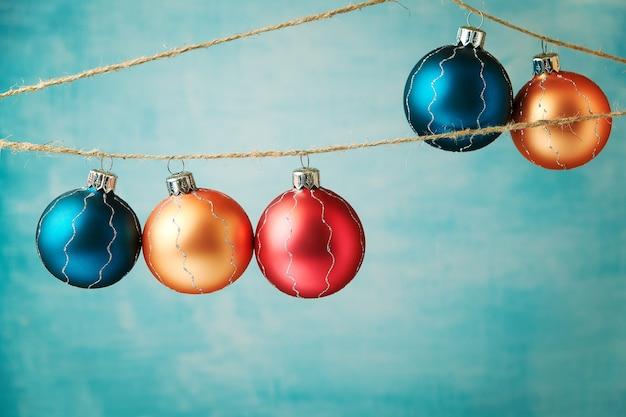 Het gekleurde kerstballen hangen