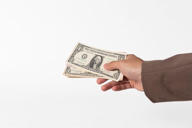 Het geld van de handholding op wit wordt geïsoleerd dat.