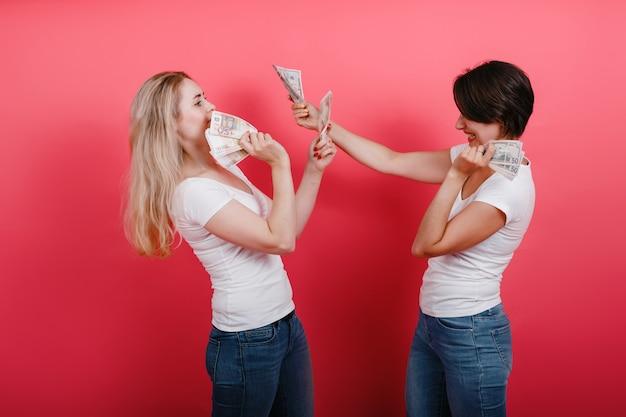Het geld van de vrouwenholding in beide handen en vecht.