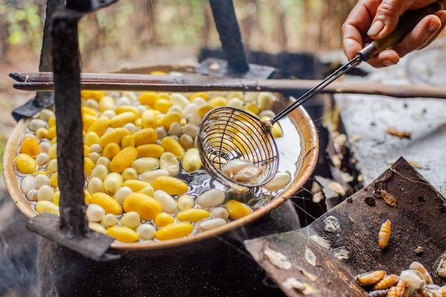 Het gele ei kookt in water