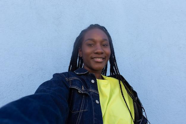 Het gelukkige afrikaans-amerikaanse vrouwenclose-up
