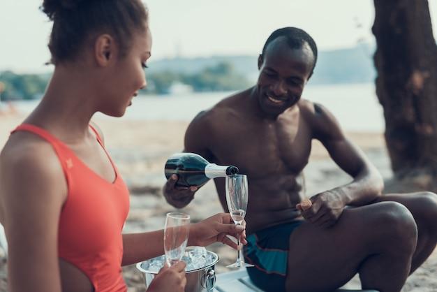 Het gelukkige afro-amerikaanse paar man en vrouw rust.