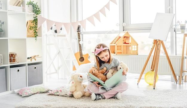 Het gelukkige boek van de meisjeslezing met teddybeer