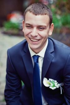 Het gelukkige bruidegom glimlachen
