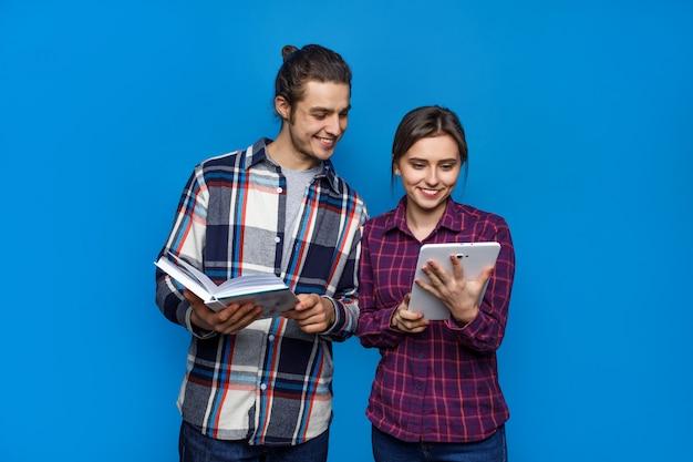 Het gelukkige echtpaar stellen op blauw