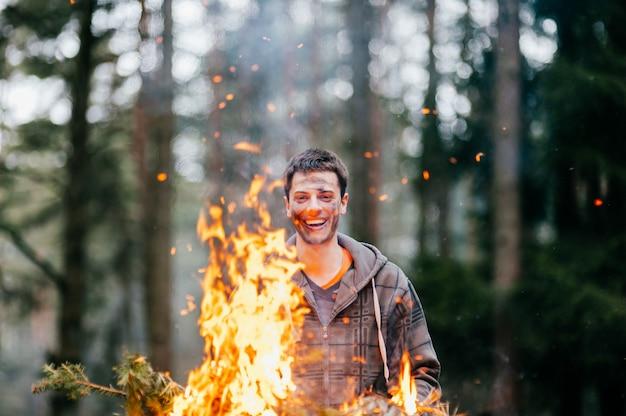 Het gelukkige gekke brandende brandhout van de mensenholding in handen