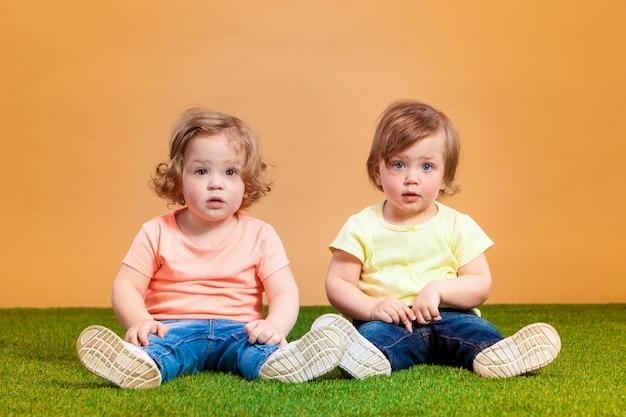 Het gelukkige grappige meisje brengt zusters samen die spelen lachen