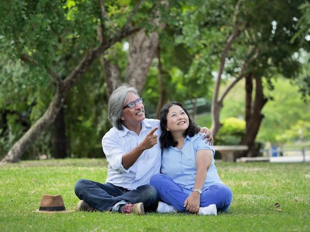 Het gelukkige hogere paar brengt de tijd samen bij het park in de herfst door.
