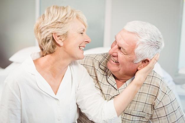 Het gelukkige hogere vrouw romancing met echtgenoot