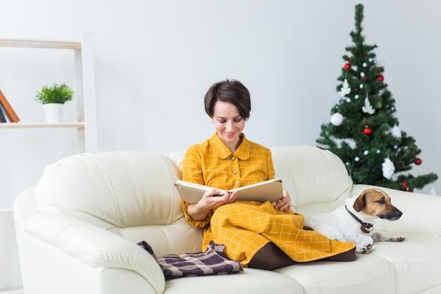 Het gelukkige jonge boek van de vrouwenlezing thuis.