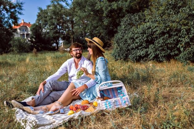 Het gelukkige jonge elegante paar geniet van vakantie op platteland