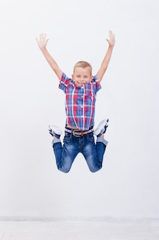 Het gelukkige jonge jongen springen