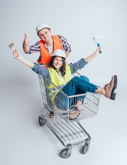 Het gelukkige jonge paar ging winkelen voor de bouw en de reparatie van een nieuw huis.