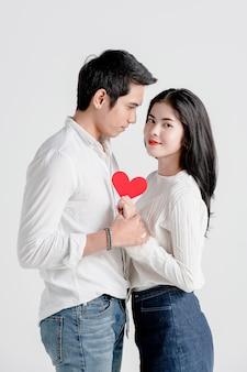 Het gelukkige jonge paar houdt rode document harten