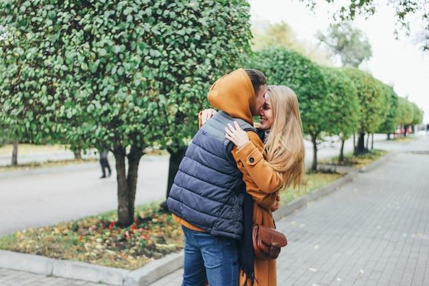 Het gelukkige jonge paar in de vrienden van liefdetieners kleedde zich in toevallige stijl op de straat van de de herfststad