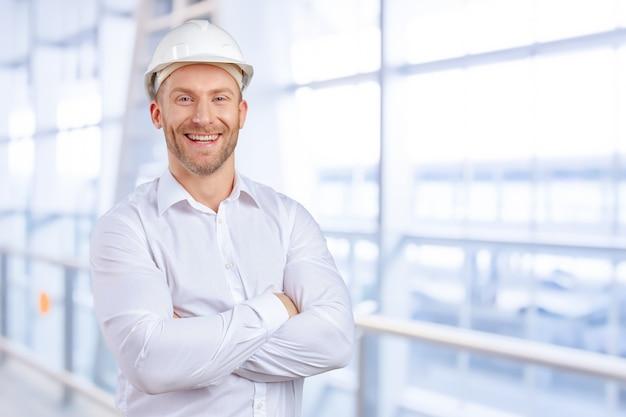 Het gelukkige jonge zakenmanarchitect glimlachen