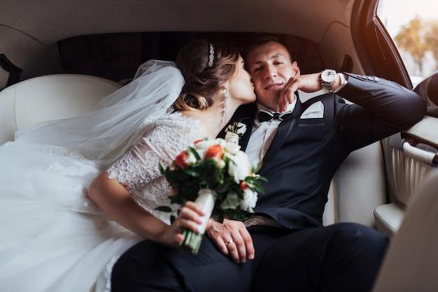Het gelukkige man en vrouwen glimlachen die zich in huwelijksdag verheugen