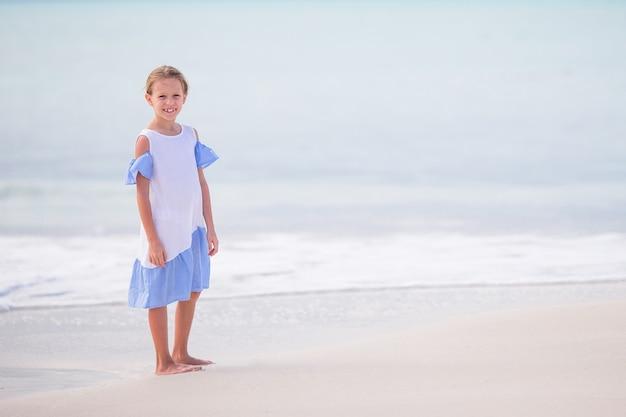 Het gelukkige meisje geniet de zomer van vakantie in het overzees op caraïbisch eiland