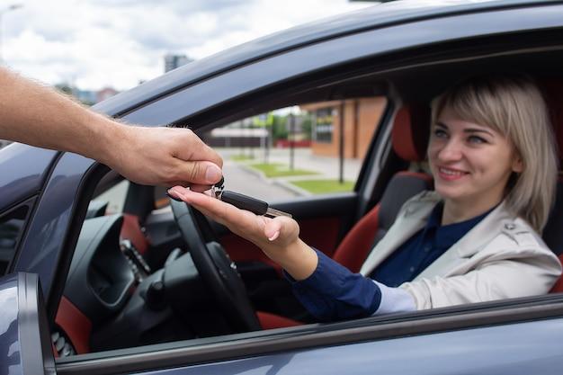 Het gelukkige meisje huurde een auto
