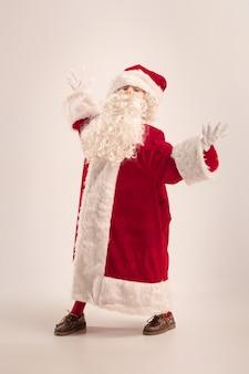 Het gelukkige meisje in het kostuum van de kerstman