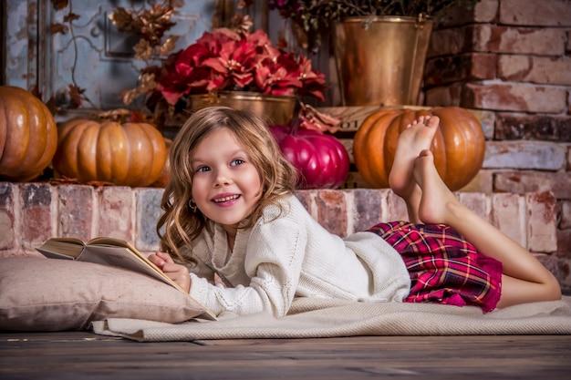 Het gelukkige meisje leest boek