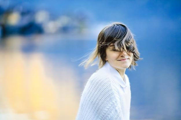 Het gelukkige meisje verheugt zich achteloos in het leven