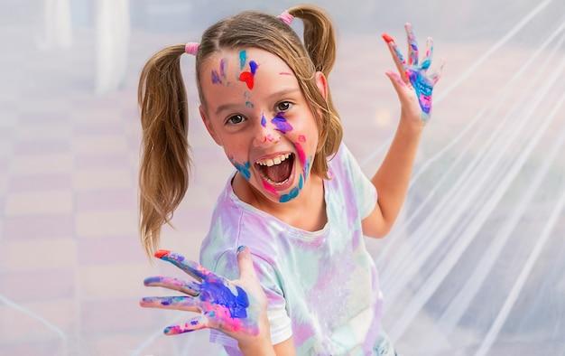 Het gelukkige meisje was besmeurd met verf