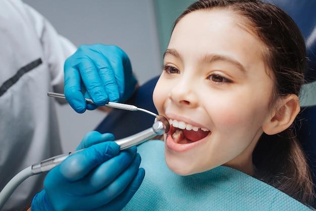 Het gelukkige meisje zit als tandartsvoorzitter