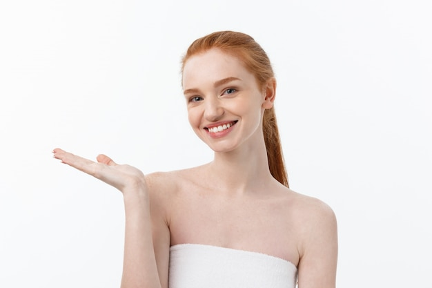 Het gelukkige mooie meisje is gelukkig glimlachend en lachend kijk stright. expressieve gezichtsuitdrukkingen. cosmetica en spa, huidverzorgingsmodel