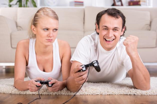 Het gelukkige paar brengt tijd met computerspel door.