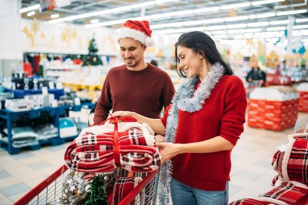Het gelukkige paar houdt dozen met kerstmisspeelgoed