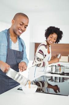 Het gelukkige paar koken samen in de keuken