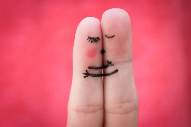 Het gelukkige paar kussen en knuffelen.