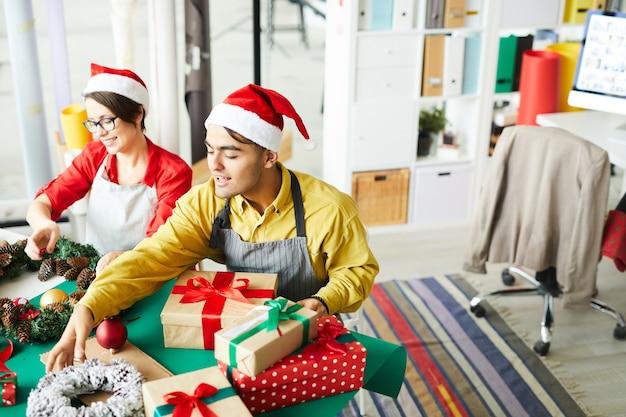 Het gelukkige paar met kerstmisgiften of stelt voor