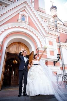 Het gelukkige paar pasgetrouwden