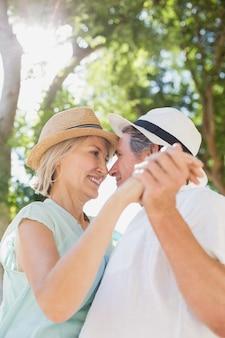 Het gelukkige paar romancing terwijl hand in hand