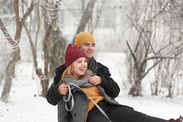 Het gelukkige paar spelen in openlucht in de sneeuw