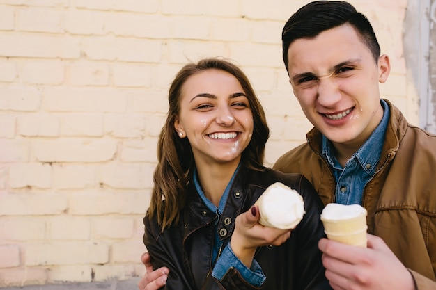 Het gelukkige paar stellen met ijs op het gezicht