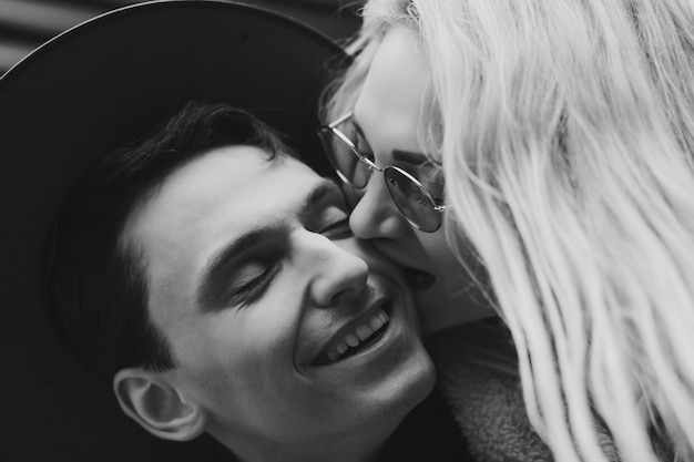 Het gelukkige portret van de paarclose-up. liefhebbers lachen. gelukkige jongen en meisje.