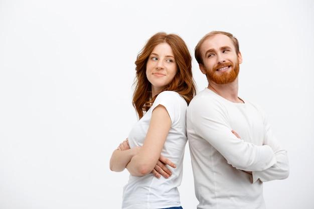 Het gelukkige roodharigepaar kijkt elkaar glimlachend