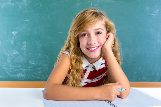 Het gelukkige schoolmeisje van de studentenuitdrukking in klaslokaal