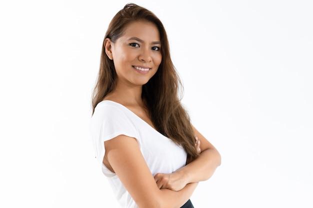 Het gelukkige succesvolle vrouwelijke student stellen met gekruiste wapens