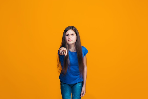 Het gelukkige tienermeisje dat aan u, het halve portret van de lengteclose-up richt