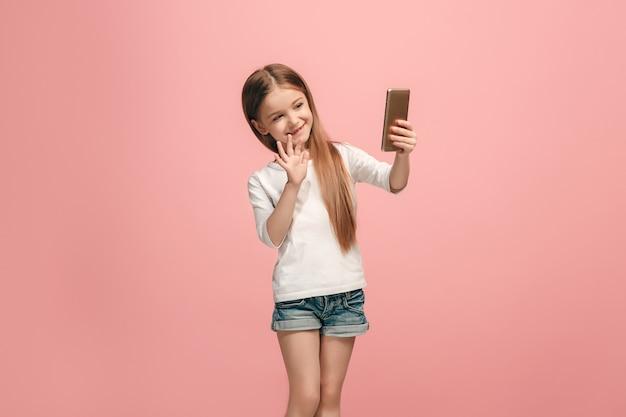 Het gelukkige tienermeisje dat een selfiefoto maakt via de mobiele telefoon