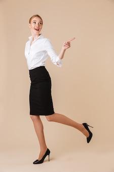 Het gelukkige verbazende jonge bedrijfsvrouw richten.