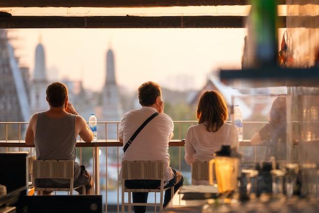Het genieten van reizigers neemt blik op de tijd van de meningszonsondergang.